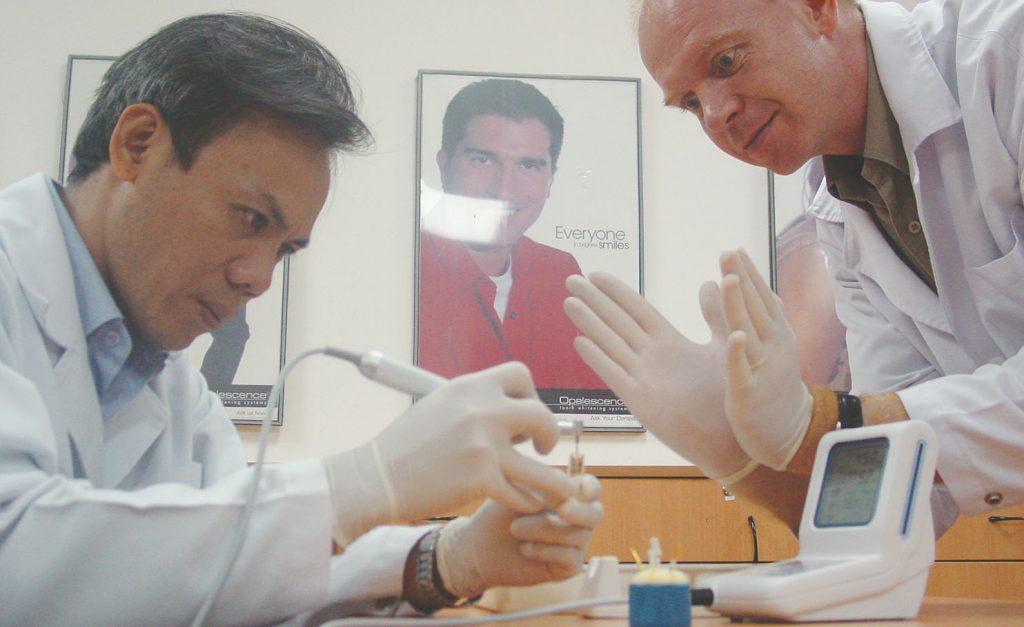 Dr. Philippe Guettier hướng dẫn chữa tủy trên răng khô