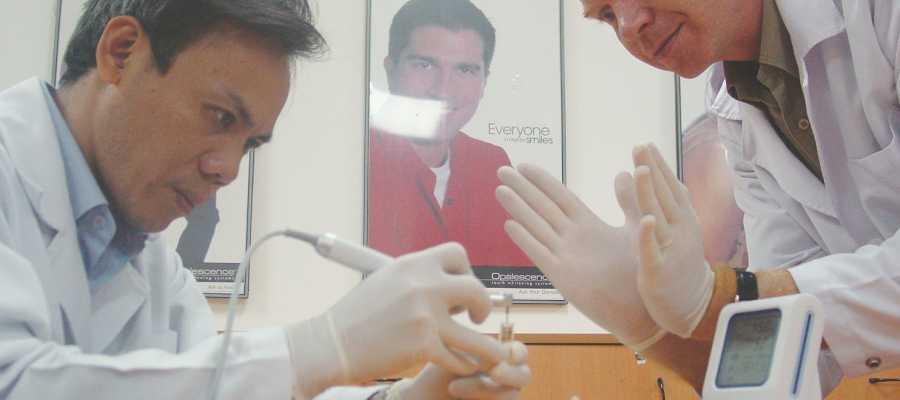 Nha khoa minh khai-Dr. Philippe Guettier hướng dẫn nha sĩ sử dụng dụng cụ chữa tủy